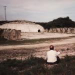 Fernando García Nevot, antiguo profesor de la Escuela de Vuelo, sentado contemplando los restos del  que antiguamente fue un magnífico hangar de la Escuela de Vuelo, de Llanes