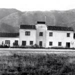 """las casas de la Escuela de Vuelo, de Llanes con uno de los soldados que hacia la """"mili"""", allí"""