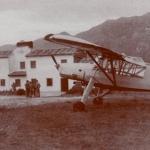 """la avioneta remolcador """"Cigüeña"""" en espera frente a las casas de la Escuela de vuelo de Llanes"""