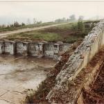 El hangar de la escuela de vuelo en Llanes los muros